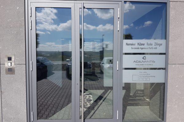 Beschriftung am Eingang einer Firma