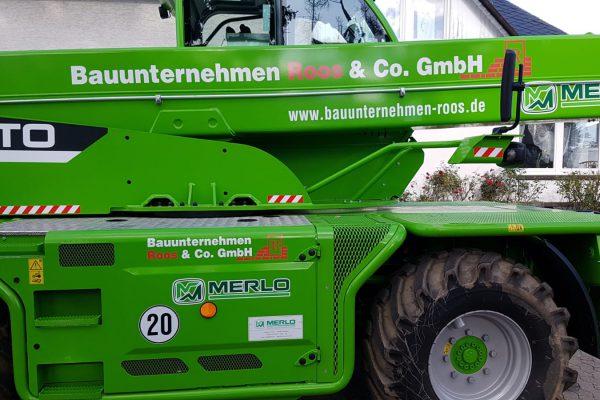Beschriftung eines Baggers für Roos & co. GmbH
