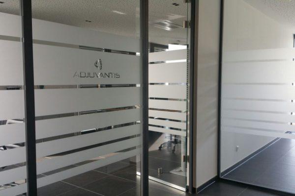 Beschriftung von Glastüren und Wänden