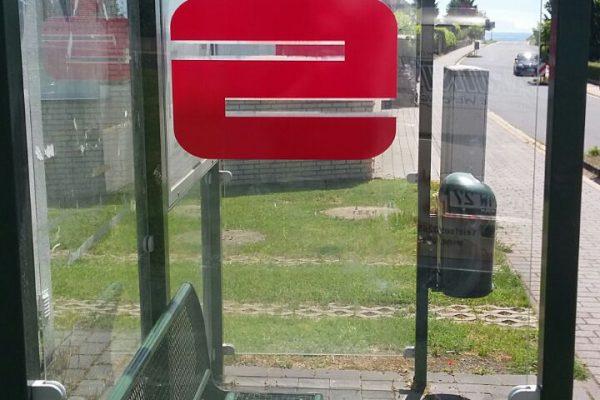 Beschrifung einer Bushaltestelle mit Logo