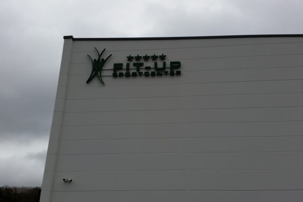 Logo an Hauswand