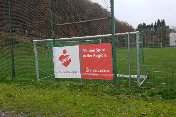 Werbebanner auf einem Fußballplatz